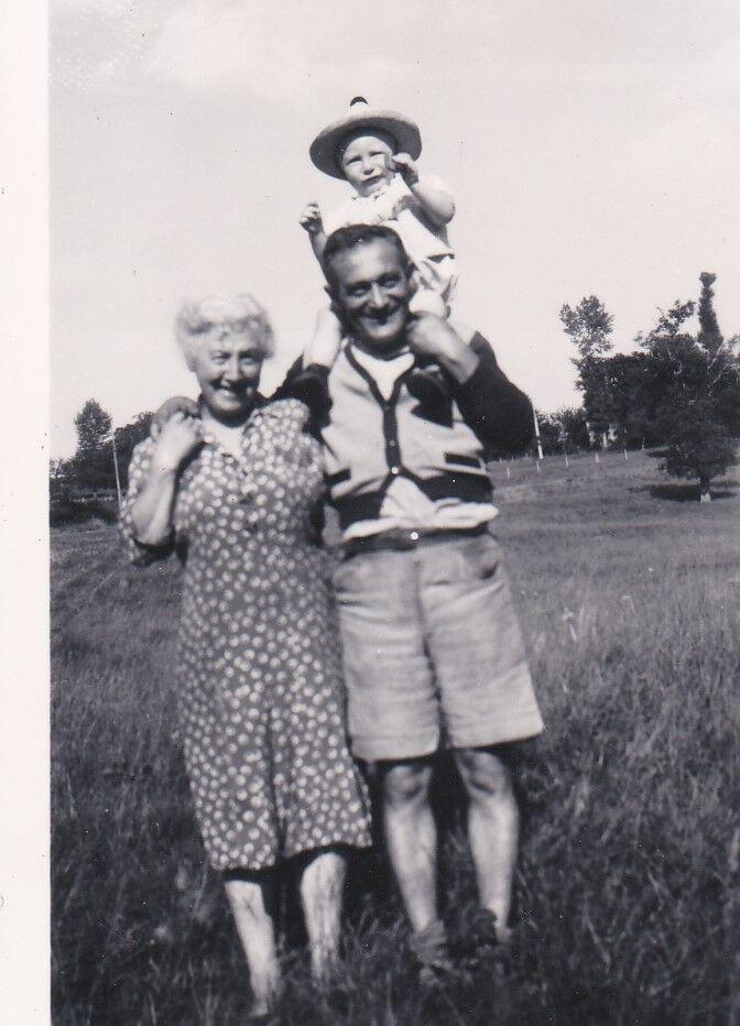 PAPOU (déjà en cow-boy excité) sur les épaules de son PAPOU (sa grand-mère à côté)